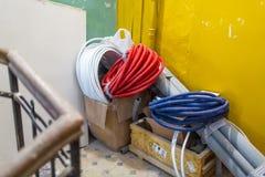 Matériaux de construction stockés provisoires, tuyau ondulé, cloison sèche, mettant d'aplomb des tuyaux et des tubes dans des boî photographie stock