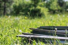 Matériaux de construction sur l'herbe photo libre de droits