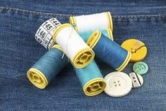 Matériaux de tailleur ; Fils de couture colorés Divers fils image libre de droits