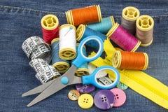 Matériaux de tailleur ; Fils de couture colorés Divers fils photographie stock