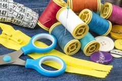 Matériaux de tailleur ; Fils de couture colorés Divers fils photo libre de droits