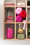 Matériaux de tricotage disposés d'une manière ordonnée dans l'étagère rectangulaire Photos libres de droits