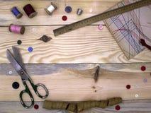 Matériaux et outils pour coudre le cru sur un substrat en bois, vue supérieure image stock