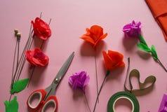 Matériaux pour créer une fleur Fleur de papier faite main Papier de crêpe photographie stock