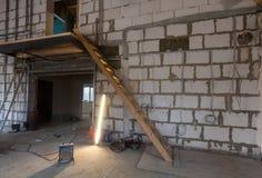 Matériaux pour des réparations, outils pour transformer et lampe fluorescente dans un appartement qui est en construction photographie stock libre de droits