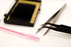 Matériaux pour l'extension de cil Brosses, accessoires pour des prolongements de cil photos stock