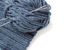 Matériel, aiguilles de tricotage et écheveau tricotés sur un fond blanc, l'espace de copie photographie stock libre de droits