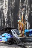 Matériel artistique Brosses et peintures pour le dessin Articles pour la créativité du ` s d'enfants images libres de droits