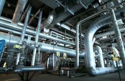 Matériel, câbles et tuyauterie à la centrale Image libre de droits