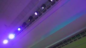 Matériel d'éclairage de concert dans le travail Projecteurs d'éclairage professionnels automatiquement tournés et briller de diff banque de vidéos