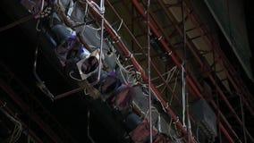 Matériel d'éclairage professionnel sur le mur de salle de concert banque de vidéos