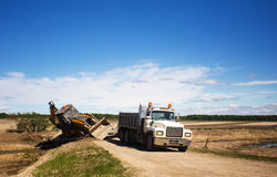 Matériel de construction glissant dans un fossé Photo libre de droits
