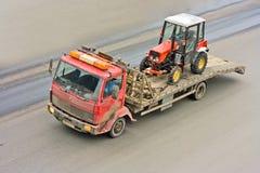 Matériel de construction livré par camion de sauvetage images libres de droits