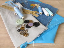 Matériel de couture avec le tissu, la ficelle et les boutons Image libre de droits