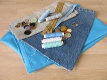 Matériel de couture avec le tissu, la ficelle et les boutons Images stock