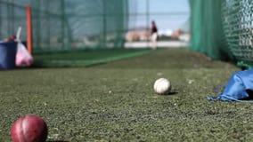 Matériel de formation de cricket glissant le plan rapproché banque de vidéos
