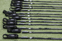 Matériel de formation du football (le football) sur le champ vert du Images stock