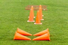 Matériel de formation du football (le football) sur le champ vert du s Photo libre de droits