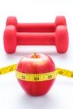 Matériel de forme physique Nourriture saine Apple, haltères et bande de mesure sur le fond blanc Vue de ci-avant Photo stock