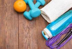 Matériel de forme physique Nourriture saine Espadrilles, eau, corde à sauter et orange Photographie stock