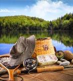 Matériel de pêche de mouche près d'un lac Photographie stock libre de droits