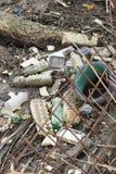 Matériel de plastique et d'ordures sur la plage de sable photo libre de droits