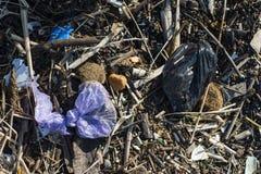 Matériel de plastique et d'ordures sur la plage de sable images libres de droits