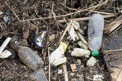Matériel de plastique et d'ordures sur la plage de sable photos libres de droits