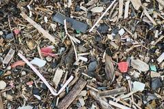 Matériel de plastique et d'ordures sur la plage de sable image libre de droits