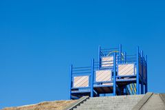 Matériel de terrain de jeu du stationnement et du ciel bleu des enfants Image libre de droits
