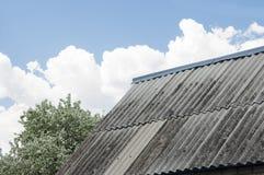 Matériel de toiture endommagé d'amiante Photographie stock