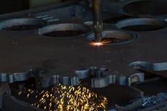 Matériel en acier en métal de feuille à plat de soudure de coupe de laser avec l'étincelle images stock