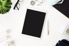 Matériel médical disposé par tablette sur le Tableau Photos libres de droits