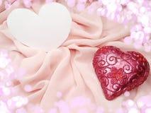 Matériel rouge de satin avec le concept d'amour de forme de coeur Images stock