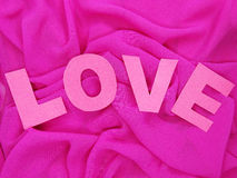 Matériel rouge de satin avec le concept d'amour de forme de coeur Photographie stock libre de droits