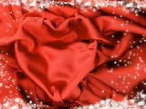 Matériel rouge de satin avec le concept d'amour de forme de coeur Images libres de droits