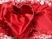 Matériel rouge de satin avec le concept d'amour de forme de coeur Image libre de droits