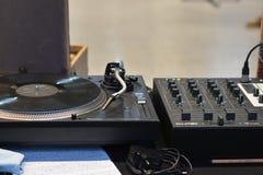 Matériel son audio du DJ, haut étroit de disque vinyle images stock