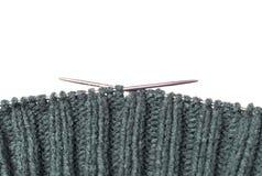 Matériel tricoté, aiguilles de tricotage sur un fond blanc, l'espace de copie photo libre de droits
