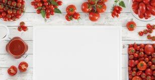 Mat över med den bitande boaen för många nya tomater, för sås och för mellanrum royaltyfri foto