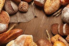 Mat Bröd och bageri på träbakgrund Arkivbild