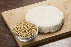 Mat: Bunke av sojabönor och tofuen på träbakgrund royaltyfri fotografi