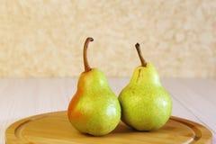 Mat Efterrätt äta som är sunt nya frukter Två mogna päron på a royaltyfri bild