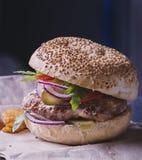Mat - en hamburgare med den blåa löken, Arkivbild