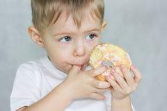Mat för behandla som ett barn på whit arkivfoton