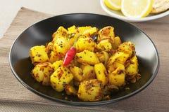 Mat för indier för Bombay potatiscurry arkivbild