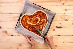 Mat för matställe för restaurang för dag för ` s för valentin för pizzahjärtaförälskelse romantisk italiensk Prosciutto oliv, tom Arkivbild