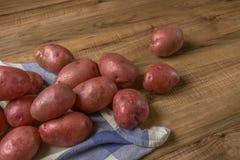 Mat för rå potatis Nya potatisar på träbakgrund frigör stället för text arkivbild