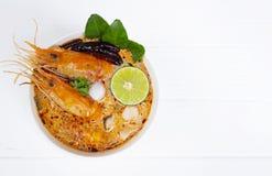 Mat f?r kryddig sur soppa f?r Tom Yum Goong eller r?kasoppa traditionell i Thailand royaltyfria bilder