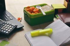 Mat i kontoret eller på skola Äta lunch asken med sund mat på skrivbordet royaltyfri fotografi